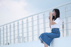 Bevanda cinese asiatica dello studente universitario sul campo da giuoco Fotografie Stock