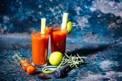 Bevanda, cocktail di bloody mary con i pomodori ciliegia e basilico Fotografie Stock Libere da Diritti