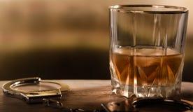 Bevanda con le manette fotografia stock