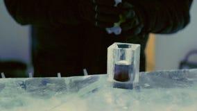 Bevanda da un vetro del ghiaccio archivi video