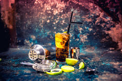 Bevanda del cocktail, bevanda del libre della Cuba con il contorno e fondo del metallo Immagini Stock Libere da Diritti