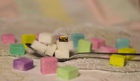 bevanda del cucchiaio di amore della posta del messaggio di saluto di ora del the dei cubi dello zucchero fotografia stock libera da diritti