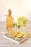 Bevanda del fiore della bacca di sambuco con il limone affettato fotografie stock