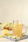 Bevanda del fiore della bacca di sambuco con il limone affettato fotografia stock