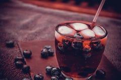 Bevanda del mirtillo con le bacche ed i cubetti di ghiaccio Fotografie Stock Libere da Diritti