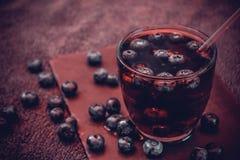 Bevanda del mirtillo con le bacche ed i cubetti di ghiaccio Fotografia Stock