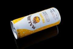 Bevanda del pineaple di Malibu, cocktail della bevanda alcolica in latta di alluminio su fondo nero, Devon, Regno Unito, il 26 no fotografie stock