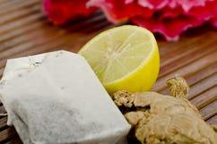 Bevanda del tè con lo zenzero ed il limone del taglio immagine stock