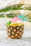 Bevanda deliziosa in ananas sulla spiaggia sabbiosa Fotografie Stock Libere da Diritti