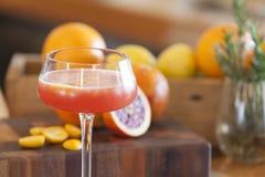 Bevanda dell'alcool dell'arancia sanguinella con gli ingredienti nel fondo immagine stock