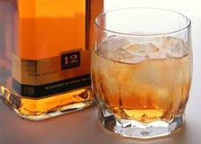 Bevanda dell'alcool di colore dorato Fotografie Stock Libere da Diritti