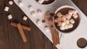 Bevanda della cioccolata calda con le caramelle gommosa e molle video d archivio
