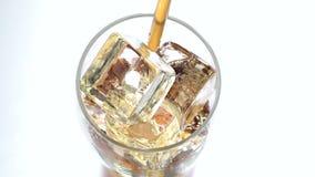 Bevanda della soda attraverso il tubo Priorità bassa bianca Vista da sopra Fine in su archivi video