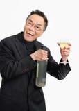 Bevanda della tenuta dell'uomo al sociale di affari immagine stock libera da diritti