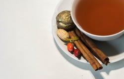 Bevanda di autunno con il libro di frutti e l'umore calmo immagine stock