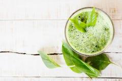 Bevanda di erbe verde della disintossicazione fatta di spinaci su legno bianco Fotografia Stock Libera da Diritti