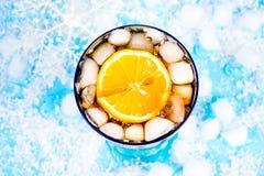 Bevanda di estate su un fondo blu Immagine Stock Libera da Diritti