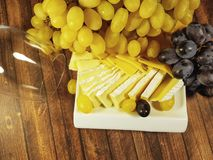 Bevanda di legno di vetro del fondo di natura morta dell'uva del formaggio fotografia stock