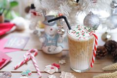 Bevanda di Natale Una tazza del caffè ghiacciato della menta piperita con il bastoncino di zucchero, una bevanda stagionale è ser fotografie stock libere da diritti