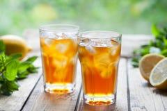 Bevanda di rinfresco del cocktail di estate del tè di ghiaccio sulla tavola di legno in vista del terrazzo e degli alberi Chiuda  fotografia stock