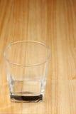 Bevanda di vetro vuota sullo scrittorio di legno Immagine Stock Libera da Diritti