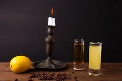 Bevanda differente due su una tavola di legno con un candeliere Fotografia Stock Libera da Diritti