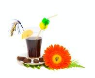 Bevanda dolce e fiore isolati su bianco immagini stock