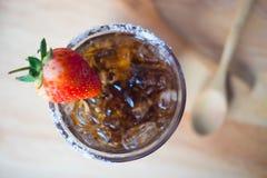 Bevanda fredda con ghiaccio e la fragola in vetro Fotografia Stock Libera da Diritti
