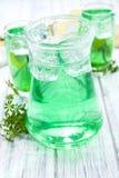 Bevanda fredda con gusto dell'asperula immagini stock libere da diritti