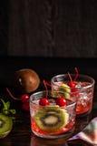 Bevanda fredda del cocktail di estate con la ciliegia ed il kiwi Immagini Stock