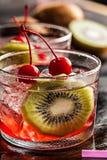 Bevanda fredda del cocktail di estate con la ciliegia ed il kiwi Fotografie Stock