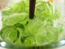 Bevanda fredda verde in vetro Fotografie Stock Libere da Diritti