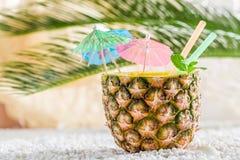 Bevanda fresca in ananas sulla spiaggia sabbiosa Fotografia Stock