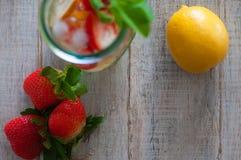 Bevanda fresca con le fragole, il limone e la menta immagine stock libera da diritti