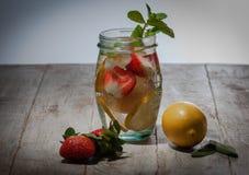 Bevanda fresca con le fragole, il limone e la menta immagini stock libere da diritti