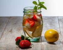 Bevanda fresca con le fragole, il limone e la menta fotografie stock libere da diritti