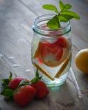 Bevanda fresca con le fragole, il limone e la menta fotografia stock libera da diritti