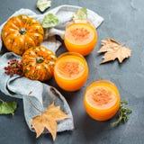 Bevanda fresca del cocktail della bevanda del succo di autunno della zucca di ringraziamento fotografie stock libere da diritti