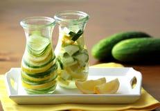 Bevanda fresca fredda fatta dal cetriolo e dal limone Chiuda sulla vista fotografie stock