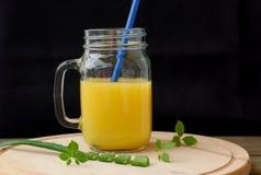 Bevanda fresca sana del frullato da succo d'arancia, aloe vera e jiaogulan Fotografia Stock Libera da Diritti