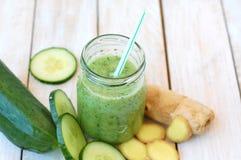 Bevanda fresca sana del frullato dal cetriolo e dallo zenzero di gree Fotografie Stock