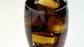 Bevanda gassosa in un vetro con ghiaccio Priorità bassa bianca video d archivio