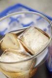 Bibita analcolica in vetro con ghiaccio Fotografia Stock