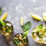 Bevanda ghiacciata di estate con la menta, il ghiaccio ed il limone Fotografie Stock Libere da Diritti