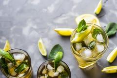 Bevanda ghiacciata di estate con la menta, il ghiaccio ed il limone Fotografie Stock