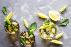 Bevanda ghiacciata di estate con la menta, il ghiaccio ed il limone Immagini Stock