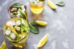Bevanda ghiacciata di estate con la menta, il ghiaccio ed il limone Fotografia Stock Libera da Diritti