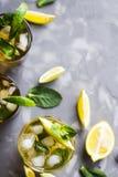 Bevanda ghiacciata di estate con la menta, il ghiaccio ed il limone Fotografia Stock