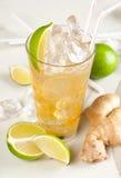 Bevanda gialla con calce e lo zenzero Fotografia Stock Libera da Diritti