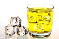 Bevanda gialla con i cubetti di ghiaccio Immagini Stock Libere da Diritti